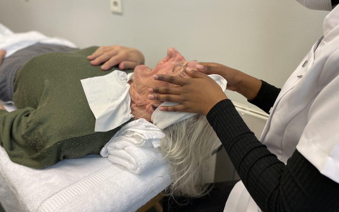 Les apprenties esthéticiennes d'Insertia aux petits soins en EHPAD